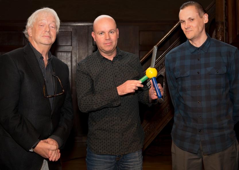 Paul Mijksenaar overhandigt de prijs aan Janne Fredlund en Pär Zimmerdahl van IKEA